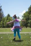 Вид сзади девушки играя в парке Стоковая Фотография RF