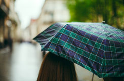 Вид сзади девушки с зонтиком Стоковые Фото