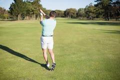 Вид сзади игрока в гольф принимая съемку Стоковые Изображения