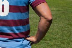 Вид сзади игрока рэгби стоя на поле Стоковая Фотография