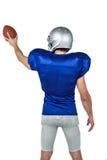 Вид сзади игрока спорт держа шарик Стоковые Фотографии RF