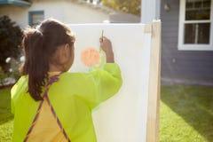 Вид сзади изображения картины девушки в саде Стоковые Фотографии RF