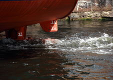 Вид сзади каботажного судна с ходом двигателя Стоковая Фотография RF