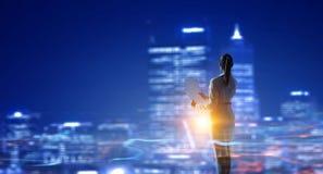 Вид сзади коммерсантки смотря город ночи Мультимедиа Стоковая Фотография RF