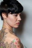 Вид сзади красивой женщины брюнет коротк-волос с татуировкой Стоковые Фотографии RF
