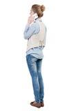 Вид сзади красивой молодой женщины с мобильным телефоном Стоковое Изображение RF
