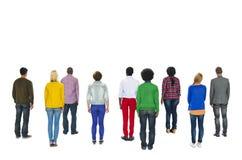 Вид сзади многонациональной группы людей стоящее стоковые фотографии rf