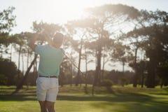 Вид сзади молодого игрока в гольф принимая съемку Стоковое Изображение RF