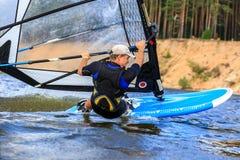 Вид сзади молодого конца-вверх windsurfer Стоковые Фото