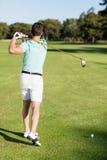 Вид сзади человека игрока в гольф принимая съемку Стоковые Изображения RF