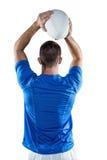 Вид сзади шарика игрока рэгби бросая Стоковое фото RF