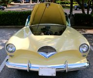 Вид спереди автомобиля 1947 Kaiser Frazer ber ¼ Ã редкого античного Стоковые Фото