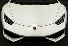 Вид спереди белого роскошного sportcar Lamborghini Huracan LP 610-4 Детали экстерьера автомобиля Стоковые Изображения