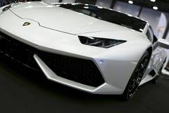 Вид спереди белого роскошного sportcar Lamborghini Huracan LP 610-4 Детали экстерьера автомобиля Стоковые Фотографии RF
