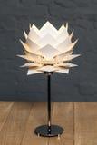 Вид спереди белой схематической настольной лампы Стоковая Фотография RF