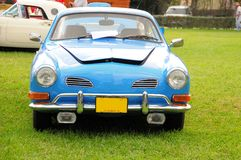 Вид спереди голубого ретро автомобиля 2 дверей Стоковая Фотография