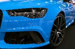 Вид спереди голубой современной роскошной голубой спортивной машины Audi RS 6 Avant Quattro 2017 Детали экстерьера автомобиля Стоковое Изображение RF