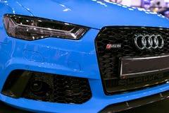 Вид спереди голубой современной роскошной голубой спортивной машины Audi RS 6 Avant Quattro 2017 Детали экстерьера автомобиля Стоковая Фотография RF