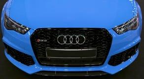 Вид спереди голубой современной роскошной голубой спортивной машины Audi RS 6 Avant Quattro 2017 Детали экстерьера автомобиля Стоковые Изображения