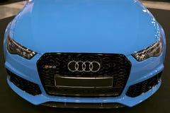 Вид спереди голубой современной роскошной голубой спортивной машины Audi RS 6 Avant Quattro 2017 Детали экстерьера автомобиля Стоковая Фотография