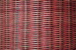 Вид спереди глубоко - красный цвет покрасил поверхность мебели ротанга, для предпосылки Стоковые Изображения RF