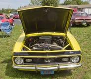 Вид спереди 1968 желтое Camaro Стоковое Изображение