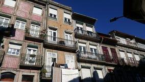 Вид спереди красочных зданий в старом городке Порту, Португалии Стоковое Изображение RF