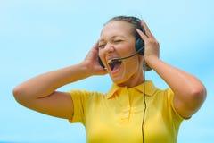 Вид спереди кричащего оператора центра телефонного обслуживания пробуя объяснить Стоковые Фотографии RF
