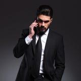 Вид спереди молодого бизнесмена говоря на телефоне Стоковое Изображение