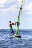 Вид спереди молодого windsurfer Стоковые Изображения