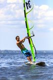 Вид спереди молодого windsurfer Стоковое Изображение RF