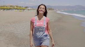 Вид спереди на даме идя вдоль пляжа сток-видео