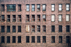 Вид спереди окон, который взошли на борт-вверх покинутых здания небоскреба кирпича от улицы в Нью-Йорке Стоковые Фото