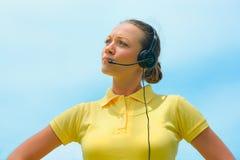 Вид спереди оператора центра телефонного обслуживания пробуя объяснить что-то Стоковая Фотография RF