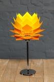 Вид спереди оранжевой схематической настольной лампы Стоковая Фотография