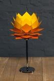 Вид спереди оранжевой схематической настольной лампы Стоковые Изображения RF