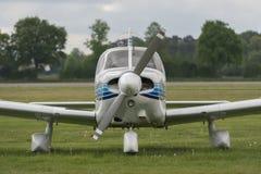 Вид спереди самолета на лужайке Стоковые Фото