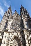 Вид спереди собора St Vitus в замке Праги в Праге Стоковая Фотография