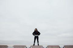 Вид спереди спортсмена после работать стоять на камне гордо и contentedly Стоковое Изображение RF