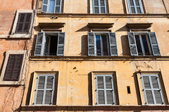 Вид спереди старого дома на улице города Рима Стоковые Изображения