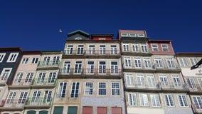 Вид спереди старых зданий в Ribeira, Порту, Португалии Стоковая Фотография RF