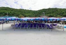 Вид спереди стульев и зонтика на пляже Стоковые Изображения