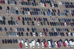 Вид с воздуха автомобилей автостоянки Стоковые Изображения