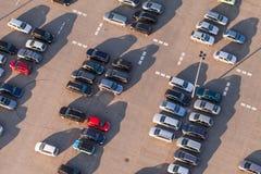 Вид с воздуха автостоянки автомобиля стоковые фотографии rf