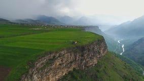 Вид с воздуха армянской природы Летать над красивым плато и moutains в Армении сток-видео