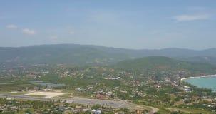 Вид с воздуха аэроплана принимая от тропического острова акции видеоматериалы