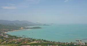 Вид с воздуха аэроплана принимая, скорость вверх сток-видео