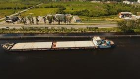 Вид с воздуха: баржа на реке видеоматериал