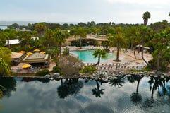 Вид с воздуха бассейна и озера курорта Стоковые Изображения