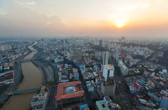 Вид с воздуха берега реки Хошимина вокруг порта Nha Rong на вечере Стоковые Изображения RF